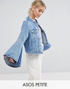 Джинсовая куртка с рваной отделкой и рукавами клеш ASOS PETITE - Синий
