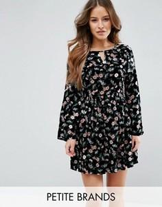 Свободное платье с цветочным принтом Yumi Petite - Черный