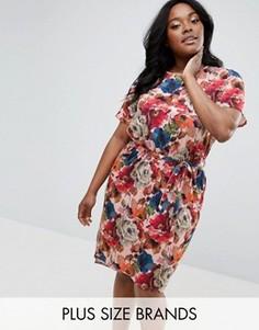 Платье с поясом и цветочным принтом Club L Plus - Мульти
