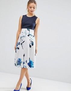 Приталенное платье миди с цветочным принтом на юбке Closet London - Синий
