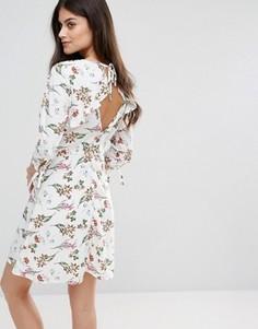 Короткое приталенное платье с цветочным принтом Vero Moda - Мульти
