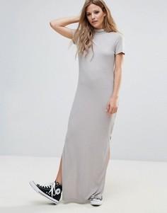 Трикотажное платье макси в рубчик с высоким воротником Noisy May - Серый