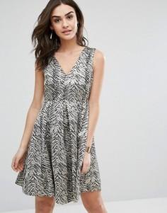 Короткое приталенное платье с принтом Y.A.S - Серый