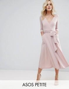 Креповое платье миди с запахом ASOS PETITE - Розовый