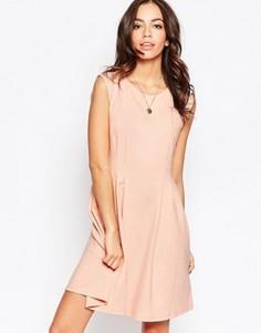 Короткое приталенное платье без рукавов Minimum - Розовый