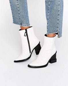 Белые кожаные ботильоны на каблуке с имитацией кожи крокодила Kat Maconie Paloma - Белый