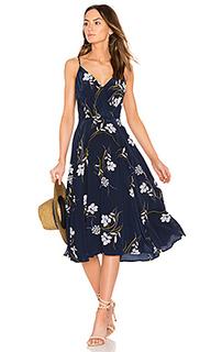 Приталенное и клешное платье - Yumi Kim