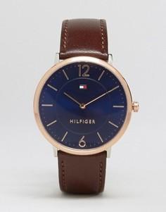 Часы с узким коричневым кожаным ремешком и золотистым циферблатом Tommy Hilfiger - Коричневый