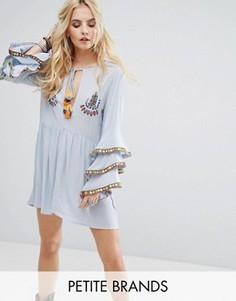 Свободное платье с вышивкой и оборками на рукавах Glamorous Petite - Синий