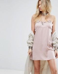 Атласное платье-комбинация с кружевной отделкой Honey Punch - Розовый
