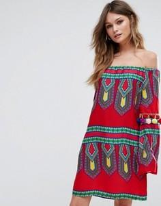 Платье с открытыми плечами и отделкой помпонами Boohoo - Красный