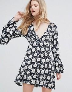 Платье с расклешенными рукавами и цветочным принтом Influence - Черный