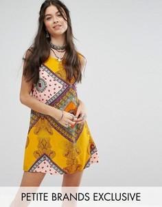 Цельнокройное платье без рукавов с ярким принтом пейсли Glamorous Petite - Мульти