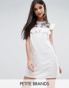 Платье с вышивкой и оборками Boohoo Petite - Белый