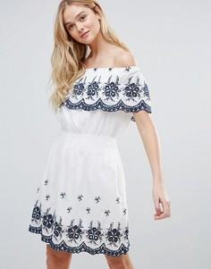 Платье с открытыми плечами и вышивкой QED London - Белый