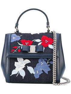джинсовая сумка Vara с цветочной вышивкой Salvatore Ferragamo