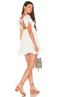 Обегающее сверху и плиссированное от пояса платье crema - For Love & Lemons