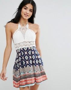 Короткое приталенное платье с лифом кроше и принтом Kiss The Sky - Мульти