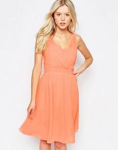 Приталенное платье с запахом спереди b.Young - Розовый