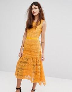 Кружевное платье миди с рюшами True Decadence - Оранжевый