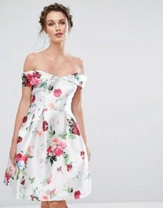 Платье миди с открытыми плечами и цветочным принтом Chi Chi London - Мульти
