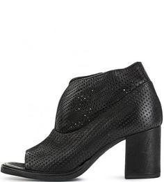 Черные кожаные босоножки с перфорацией Mjus