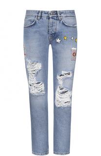 Укороченные джинсы с потертостями и нашивками Two Women In The World