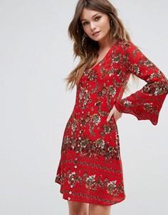 Платье с цветочным принтом и расклешенными рукавами Boohoo - Красный