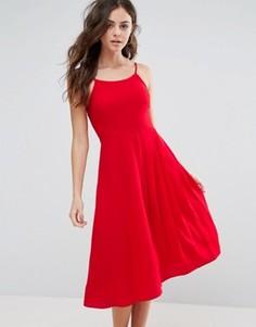 Приталенное платье с плиссированной юбкой Boohoo - Красный