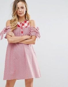 Свободное платье в клетку с открытыми плечами и завязками на рукавах Influence - Красный