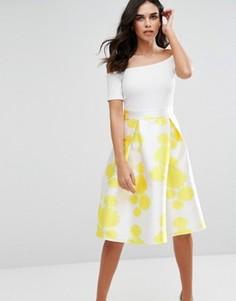 Приталенное платье миди с вырезом лодочкой и цветочным принтом на юбке Ax Paris - Мульти