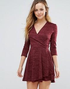Короткое приталенное платье с запахом Wal G - Красный