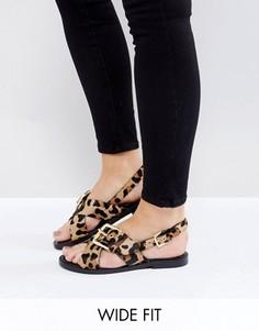 Сандалии для широкой стопы со звериным принтом и пряжкой New Look - Stone