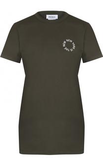 Удлиненная футболка с контрастной надписью DKNY