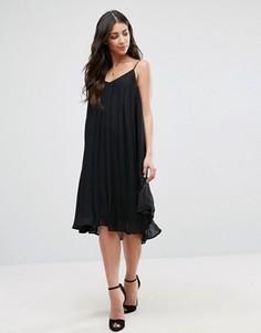 Плиссированное платье на бретельках Glamorous - Черный
