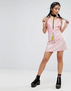 Лакированная мини-юбка с кольцом и лентой Jaded London - Розовый