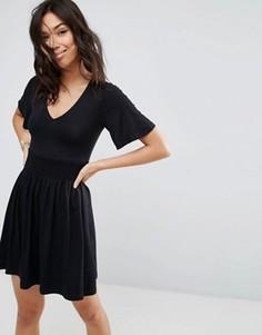 Чайное платье с присборенной талией и оборками на рукавах ASOS - Черный