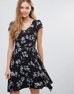 Платье с цветочным принтом и поясом Yumi - Черный