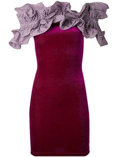платье с рюшами и открытыми плечами Y / Project