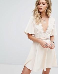 Праздничное платье с V-образным вырезом и отделкой лесенка Kiss The Sky - Кремовый