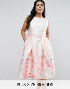 Платье миди с контрастным поясом и принтом роз Chi Chi London Plus - Мульти