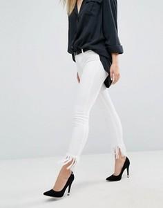 Укороченные джинсы скинни с бахромой Blank NYC - Белый