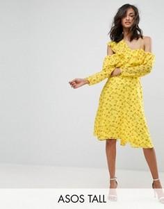 Чайное платье с цветочным принтом, открытыми плечами и оборками ASOS TALL - Желтый