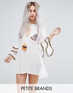 Свободное платье с вышивкой и оборками на рукавах Glamorous Petite - Белый