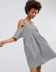 Свободное платье в клеточку с открытыми плечами Monki - Черный