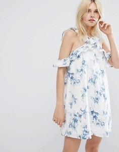 Цельнокройное платье с открытыми плечами, оборкой и цветочным принтом J.O.A - Белый J.O.A.