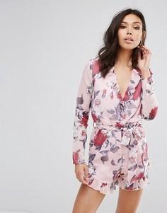 Комбинезон с запахом и цветочным принтом PrettyLittleThing - Розовый