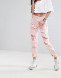 Джинсы в винтажном стиле с рваной отделкой и эффектом кислотной стирки Glamorous - Розовый