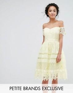 Кружевное платье миди с открытыми плечами Chi Chi Petite - Желтый