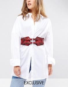 Кожаный пояс-корсет с принтом змеиной кожи Retro Luxe London - Красный